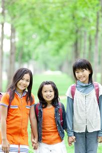 ランドセルを背負った女の子3人の写真素材 [FYI04914562]