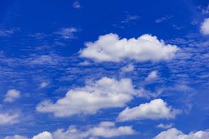 梅雨の青空と浮雲の写真素材 [FYI04914563]