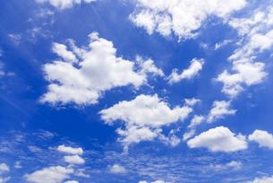 梅雨の青空と浮雲の写真素材 [FYI04914569]