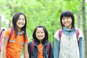 ランドセルを背負った女の子3人の写真素材 [FYI04914575]