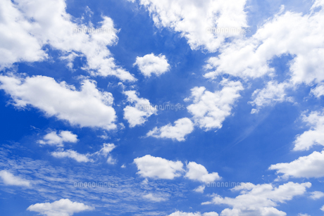 梅雨の青空と浮雲の写真素材 [FYI04914601]