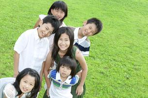 笑顔で立っている子供たちの写真素材 [FYI04914621]