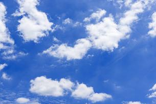 梅雨の青空と浮雲の写真素材 [FYI04914691]
