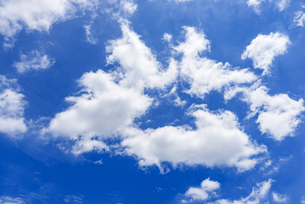 梅雨の青空と浮雲の写真素材 [FYI04914720]