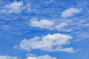 梅雨の青空と浮雲の写真素材 [FYI04914736]