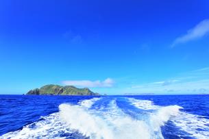 小笠原国立公園 母島列島・妹島と航跡の写真素材 [FYI04914739]