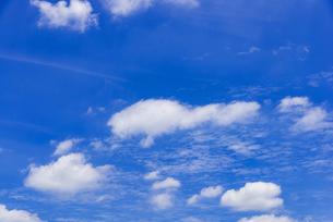 梅雨の青空と浮雲の写真素材 [FYI04914742]