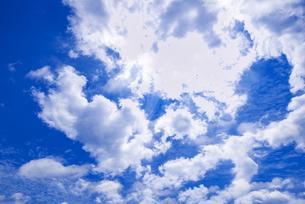 梅雨の青空と浮雲の写真素材 [FYI04914747]