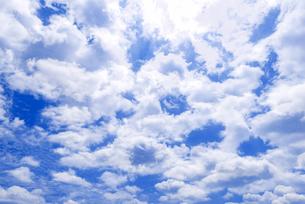 梅雨の青空と浮雲の写真素材 [FYI04914750]