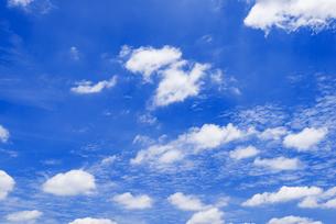 梅雨の青空と浮雲の写真素材 [FYI04914774]