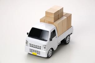 過積載の軽トラのミニカーの写真素材 [FYI04914971]