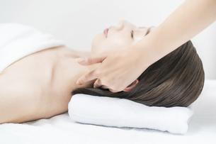 エステサロンで頭部をマッサージされる若い女性の写真素材 [FYI04915130]