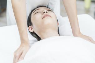 エステサロンでマッサージを受ける若い女性の写真素材 [FYI04915150]