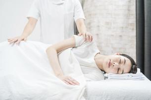 エステサロンでマッサージを受ける若い女性の写真素材 [FYI04915158]