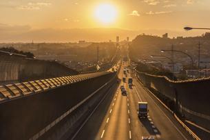 夕刻の名神高速道路(茨木IC-高槻JCT間)の写真素材 [FYI04915227]