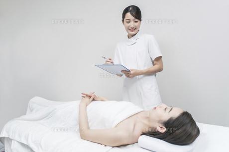 カウンセリングをするエステサロンの女性スタッフの写真素材 [FYI04915240]