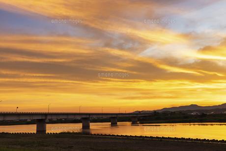 高津川河口付近の朝焼け(島根県益田市)の写真素材 [FYI04915278]