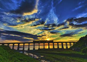 夕暮れの惣郷川橋梁の写真素材 [FYI04915286]