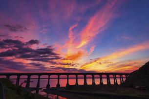 惣郷川橋梁と夕焼けの写真素材 [FYI04915287]