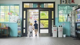 別所温泉駅の出口と兄弟の写真素材 [FYI04915310]