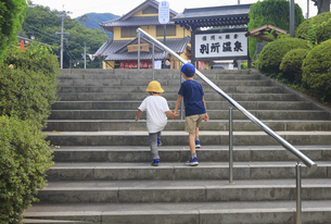 別所温泉駅の出口階段と兄弟の写真素材 [FYI04915311]