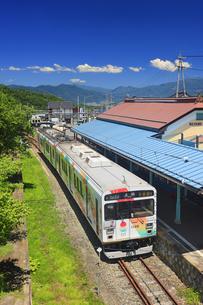 別所温泉駅とれいんどりーむ号と四阿山遠望の写真素材 [FYI04915321]