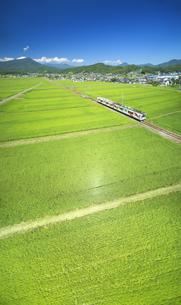 舞田の田園を走るれいんどりーむ号と夫神岳の写真素材 [FYI04915359]