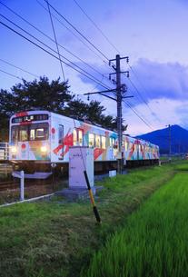 夕方の舞田駅に停車するれいんどりーむ号の写真素材 [FYI04915371]