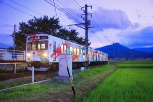 夕方の舞田駅に停車するれいんどりーむ号の写真素材 [FYI04915372]