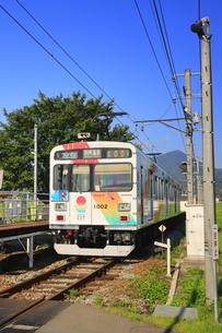 朝の舞田駅に停車するれいんどりーむ号の写真素材 [FYI04915375]