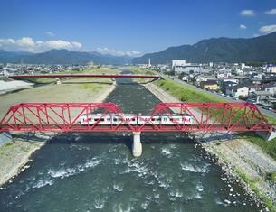 赤い鉄橋を渡るれいんどりーむ号の写真素材 [FYI04915413]