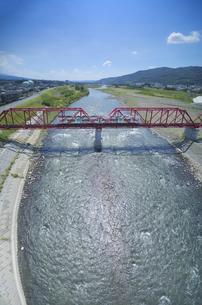 赤い鉄橋を渡るれいんどりーむ号の写真素材 [FYI04915420]