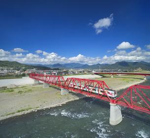 赤い鉄橋を渡るれいんどりーむ号の写真素材 [FYI04915428]