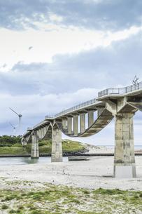 風力発電風車と潮騒橋の写真素材 [FYI04915684]