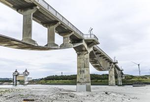 潮騒橋越しに高松川水門を望むの写真素材 [FYI04915685]