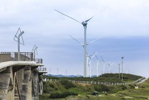 菊川河口より見る風力発電風車が立ち並ぶ風景の写真素材 [FYI04915686]