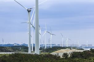 風力発電風車が立ち並ぶ風景の写真素材 [FYI04915687]