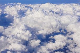 飛行機の機窓から青空に浮かぶ雲(秋に羽田空港から青森空港の途中)の写真素材 [FYI04915834]