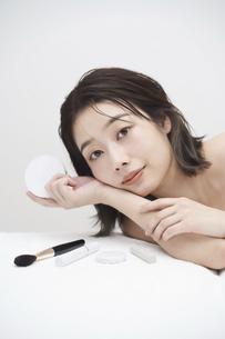 若い女性と化粧品の写真素材 [FYI04915844]