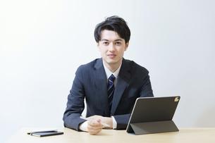若いビジネスマンのポートレートの写真素材 [FYI04915902]