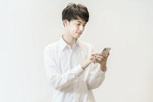 スマートフォンを操作する男性の写真素材 [FYI04915926]