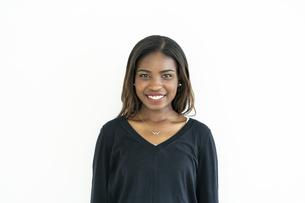 笑顔のアフリカ系外国人女性の写真素材 [FYI04916159]