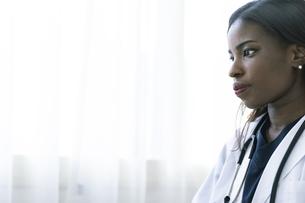アフリカ系外国人の女医の横顔の写真素材 [FYI04916204]