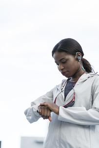スマートウォッチを見るアフリカ系外国人女性の写真素材 [FYI04916254]