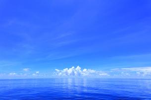 穏やかな海に水平線の雲の写真素材 [FYI04916295]
