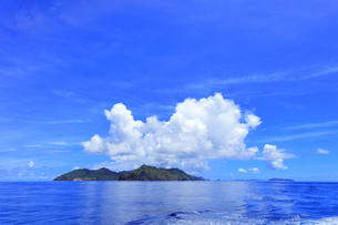 小笠原国立公園 母島と空に雲の写真素材 [FYI04916304]