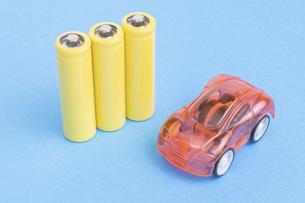 【EV】電気自動車と電池 青背景の写真素材 [FYI04916344]