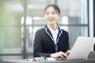 オフィスで仕事をする若い女性の写真素材 [FYI04916353]