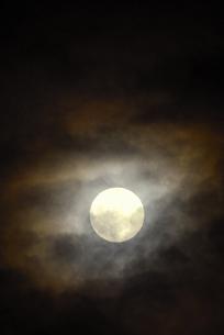 雲間の月の写真素材 [FYI04916450]