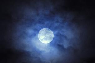 雲間の月の写真素材 [FYI04916453]